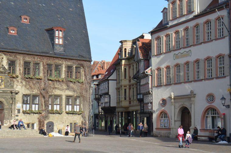 Das Rathaus und der Marktplatz im Herzen von Quedlinburg.