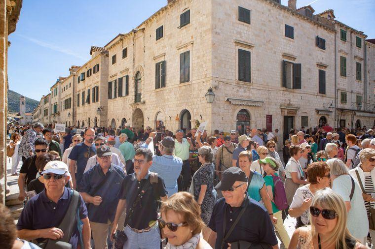 Kreuzfahrttouristen bevölkern die Straßen in der Altstadt von Dubrovnik, Kroaten.