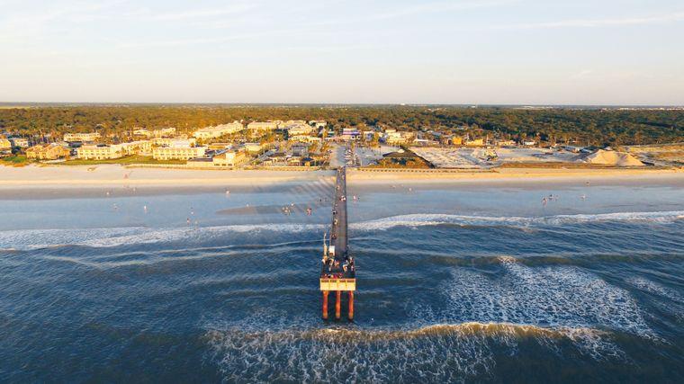 Blick vom Meer über eine Brücke Richtung Landschaft in Florida.