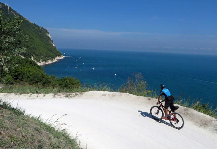 Küstenradweg am Monte Conero in den Marken.