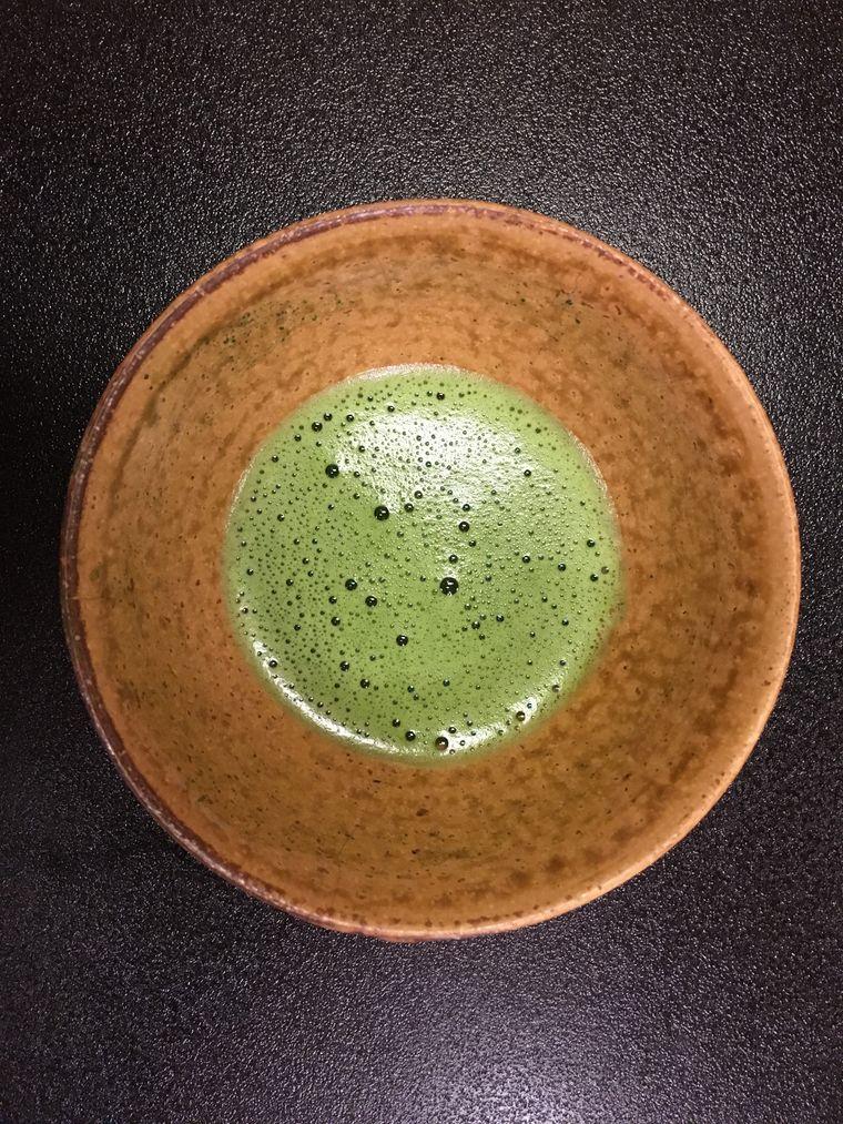 Matchatee in einer Teeschale
