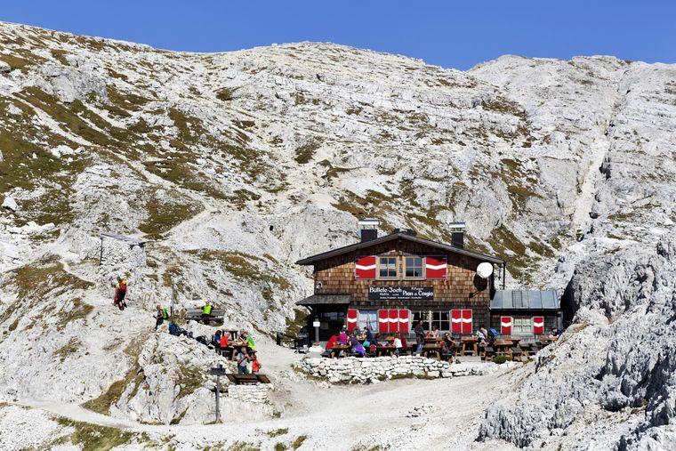 Nicht nur die höchstgelegene, sondern auch die kleinste Schutzhütte im Naturpark Drei Zinnen.