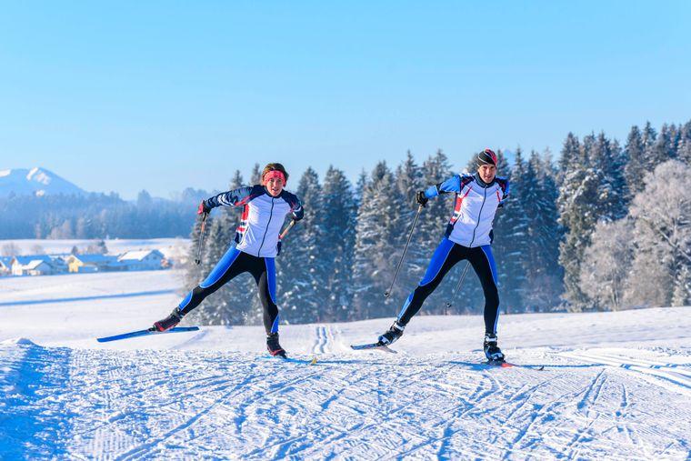 Wintersport im Ostallgäu: perfekte Bedingungen für Langläufer in der sportlichen Skating-Technik auf den Loipen.