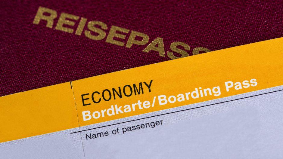 Eine Bordkarte liegt auf einem Reisepass.
