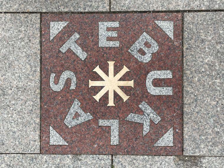 Auf dem Kathedralenplatz in Vilnius liegt die Stebuklas-Bodenplatte, die Wunder bewirken soll.