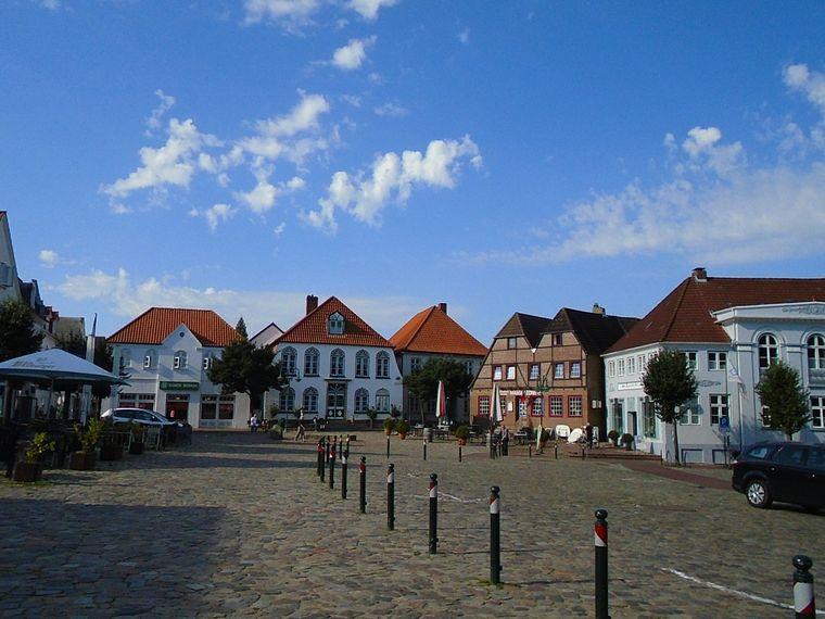 Meldorf war einst Hauptort Dithmarschens. Am Marktplatz sind noch Spuren dieser Zeit zu finden.