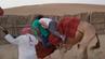 In dem Video ist zu sehen, wie das Kamel hin und her schwankt, erdrückt von dem Gewicht der Urlauber.