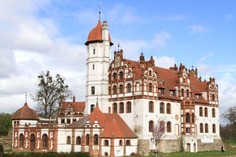 Das Schloss Basedow wurde einst auf Teilen einer Ritterburg errichtet. Die ältesten Teile der Anlage stammen aus dem 16. Jahrhundert.