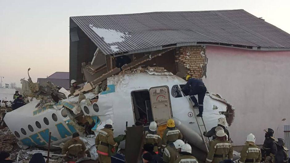 Das Flugzeug zerbrach in mehrere Teile, das Cockpit steckt in einem Wohnhaus fest.