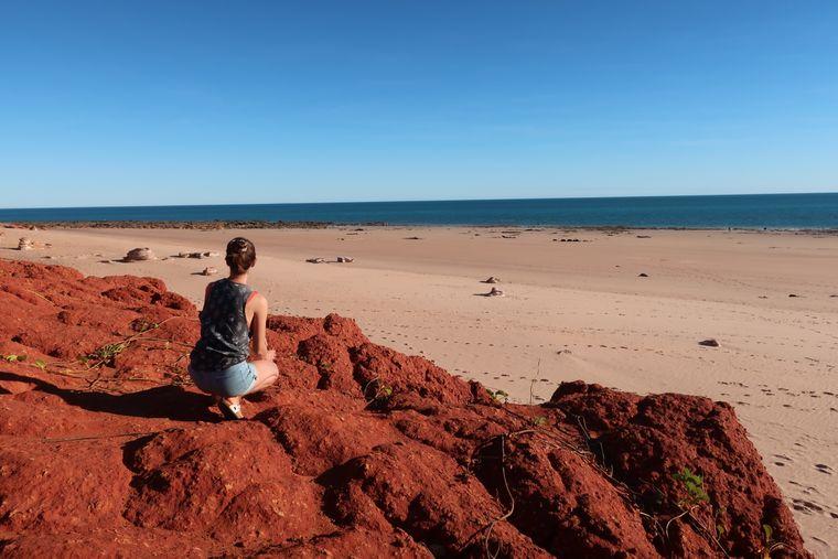 Broome ist besonders für seine wunderschönen Farben bekannt, denn die roten Felsen gehen in weißen Sand über, der sich im strahlendblauen Meer verläuft.
