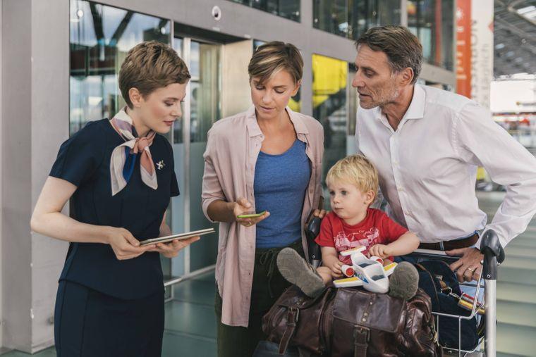 Stewardess beim Check-In am Flughafen.
