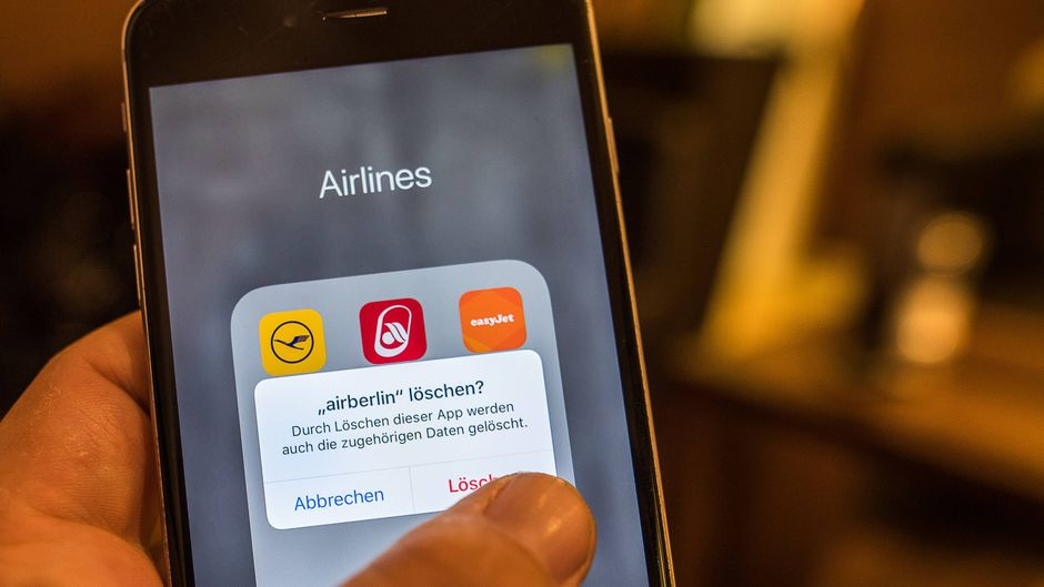 Nach der Insolvenz und der Einstellung des Flugverkehr wird die App von Air Berlin auf einem iPhone gelöscht.