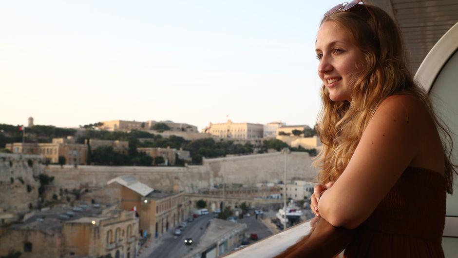 An Bord des riesigen Kreuzfahrtschiffes zu gehen, war für Carina dann ein sehr aufregender Moment. Vom Balkon ihrer Veranda-Kabine hatte sie noch einmal eine tolle Sicht auf die Stadt.