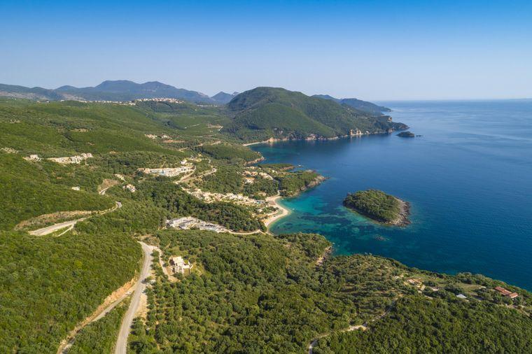 """Die malerische Landschaft des Bela Vraka auf Syvota wir auch als """"griechische Karibik"""" bezeichnet."""