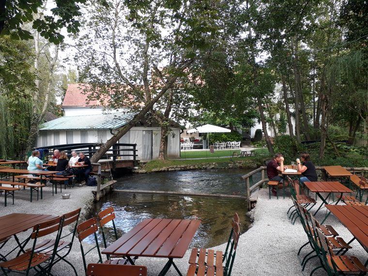 Das besondere am Insel-Mühle-Biergarten ist, dass der Fluss Würm mitten hindurch fließt.