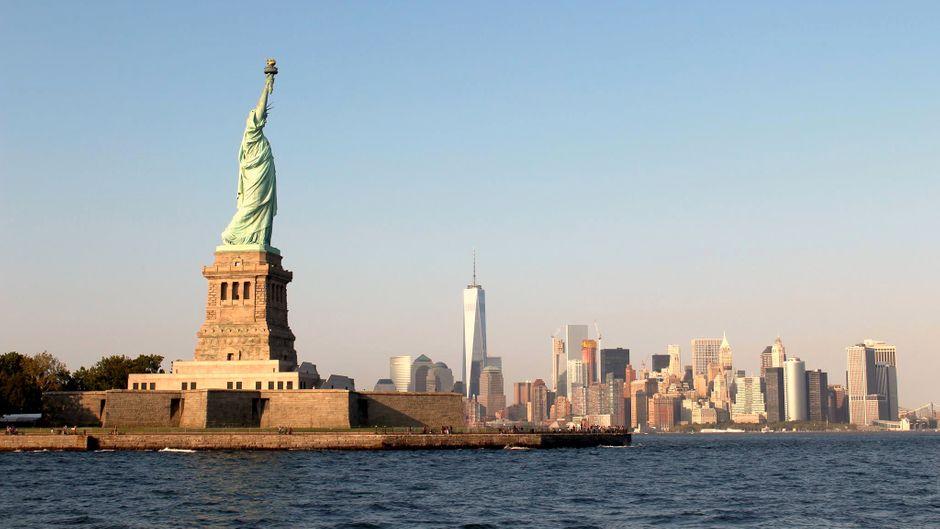 Die Freiheitsstatue in New York stellt die in Roben gehüllte Figur der Libertas, der römischen Göttin der Freiheit, dar. Die Figur steht auf einem massiven Sockel, hält in der rechten Hand eine vergoldete Fackel und in der linken Hand eine Tabula ansata mit dem Datum der amerikanischen Unabhängigkeitserklärung.