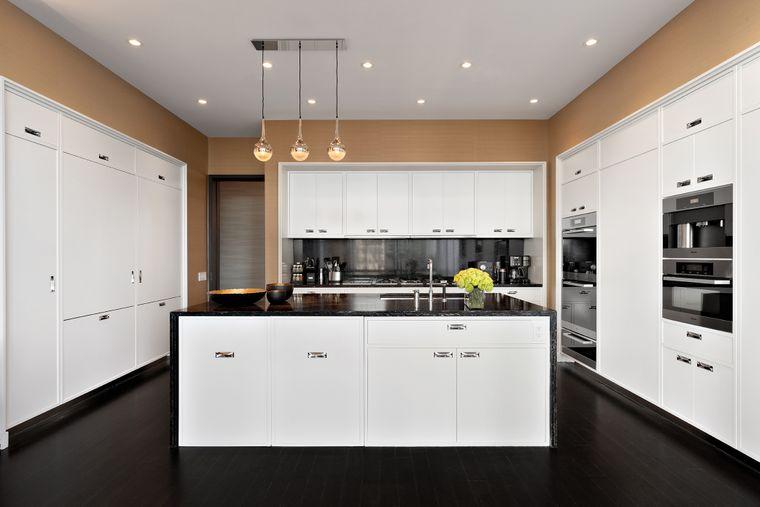 Eine Küche ist zwar eingebaut – ob die benutzt wird? Inbegriffen ist nämlich auch ein eigener Koch, der Frühstück, Mittag- und Abendessen zubereitet.