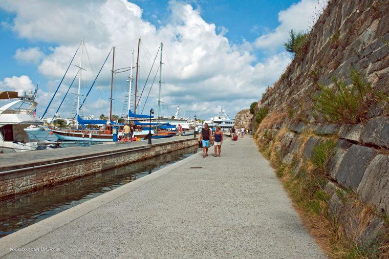 Neben dem Platz der Freiheit ist der Hafen von Kos-Stadt ein beliebter Treffpunkt.