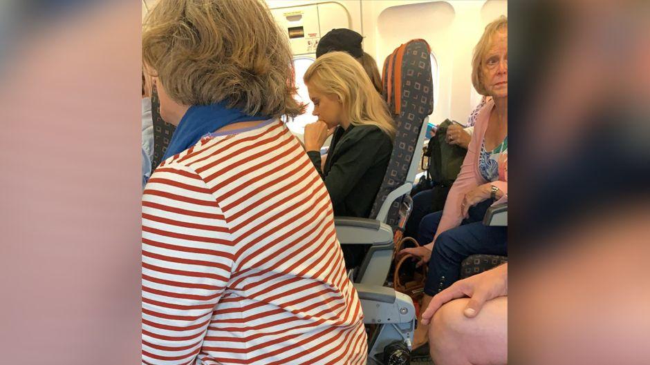 Mindestens zwei Sitze hatten auf dem Easyjet-Flug keine Lehne. Auf einem saß eine Passagierin.