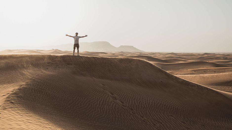 Die Sanddünen in den Vereinigten Arabischen Emiraten sind einer der Gründe für einen Urlaub dort.