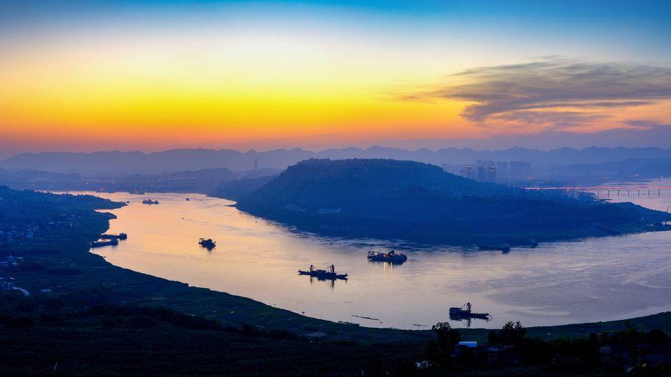 Lebensader Jangtse: Der längste Fluss Chinas windet sich durch Schluchten und riesige Metropolen.