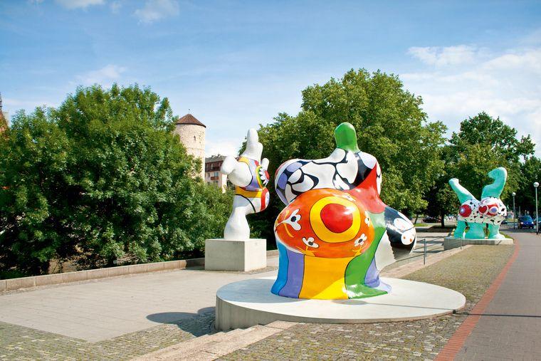 Ausladende Rundungen, strahlende Farben: Seit 1974 gehören die drei Nanas Sophie, Charlotte und Caroline fest zum Stadtbild Hannovers.
