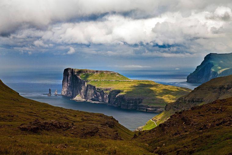 Felsformation an der Nordostküste der zu den Färöer-Inseln gehörenden Insel Eysturoy.