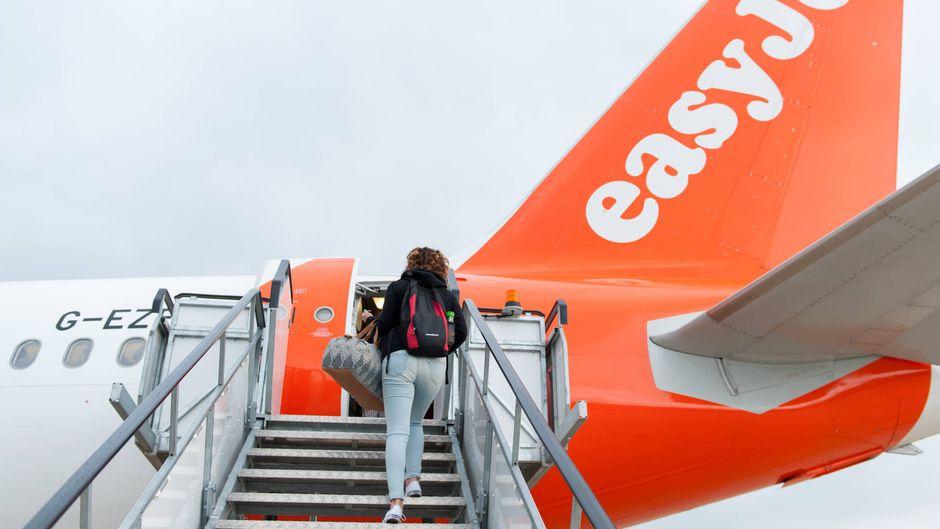 Frau steigt in Easyjet-Flieger.