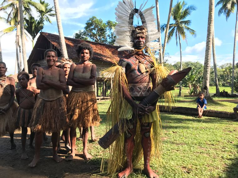 Die Angehörigen des Pare-Stammes leben im Dorf Opovia am Fluss Boi – drei Tagesmärsche von der nächsten Stadt entfernt. Der Mann hält eine traditionelle Trommel, die Kanda, in seiner Hand.