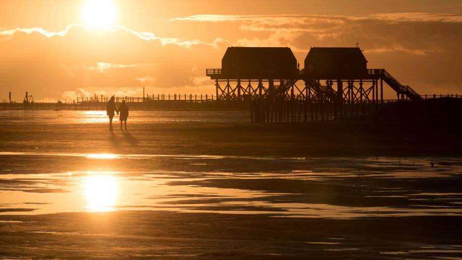 Sonnenuntergang am Stand von Sankt Peter-Ording – Nordfriesland, wie es viele Urlauber lieben.