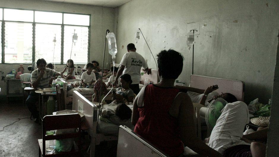 Patienten warten auf eine Behandlung gegen das Dengue-Fieber.