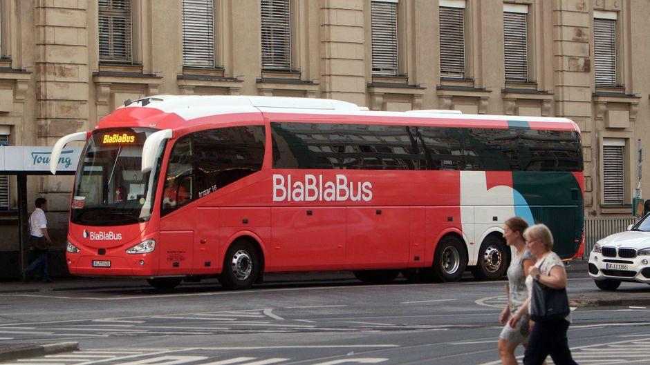 Fernbus der Gesellschaft Blablabus am Hauptbahnhof Frankfurt, er macht Flixbus Konkurrenz.