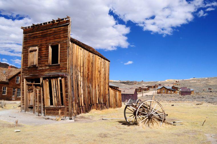 Leerstehendes Holzhaus in der Geisterstadt Bodie, Kalifornien.
