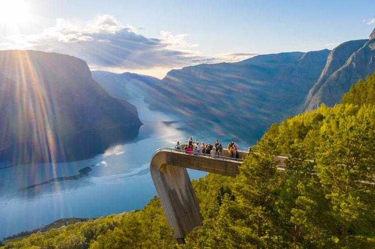 Der Aussichtspunkt Stegastein befindet sich 650 Meter über dem Aurlandsfjord in Norwegen. Einer der coolsten Skywalks in Europa.