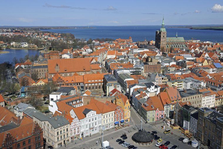 Blick von der Marienkirche auf das Unesco-Weltkulturerbe Stralsunder Altstadt und den Strelasund.