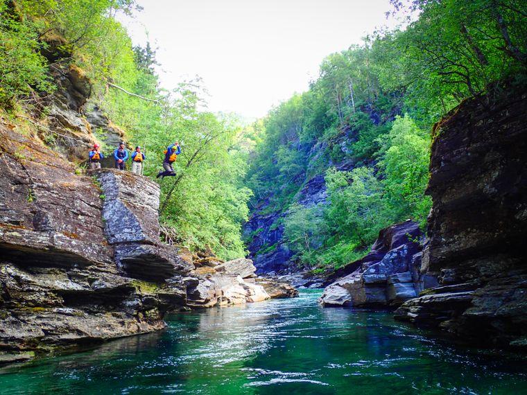 Hier ist Mut gefragt: Beim Canyoning springen die Teilnehmerinnen und Teilnehmer von Felsen und Wasserfällen.