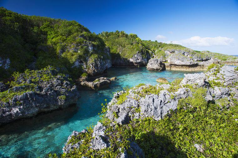 Natürlicher Pool in einer grünen Landschaft in Niue.