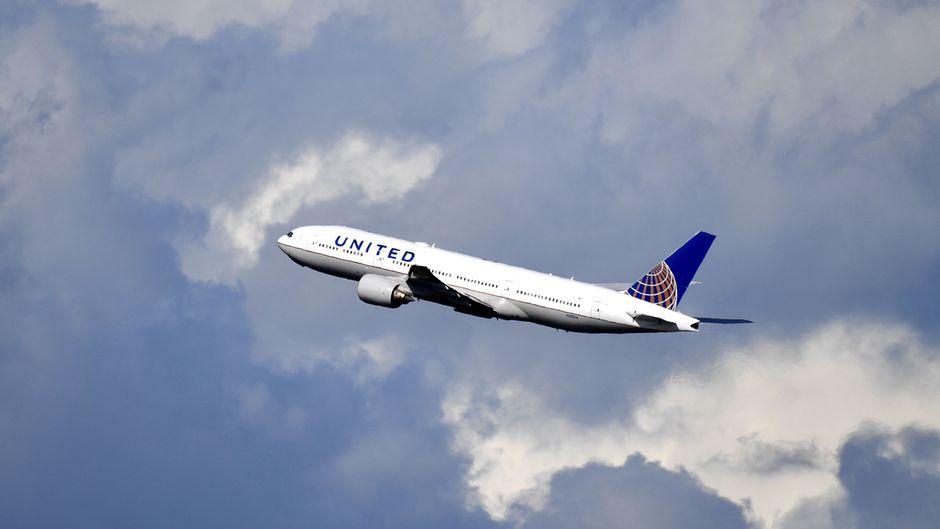 Ein Flugzeug von United Airlines in der Luft.