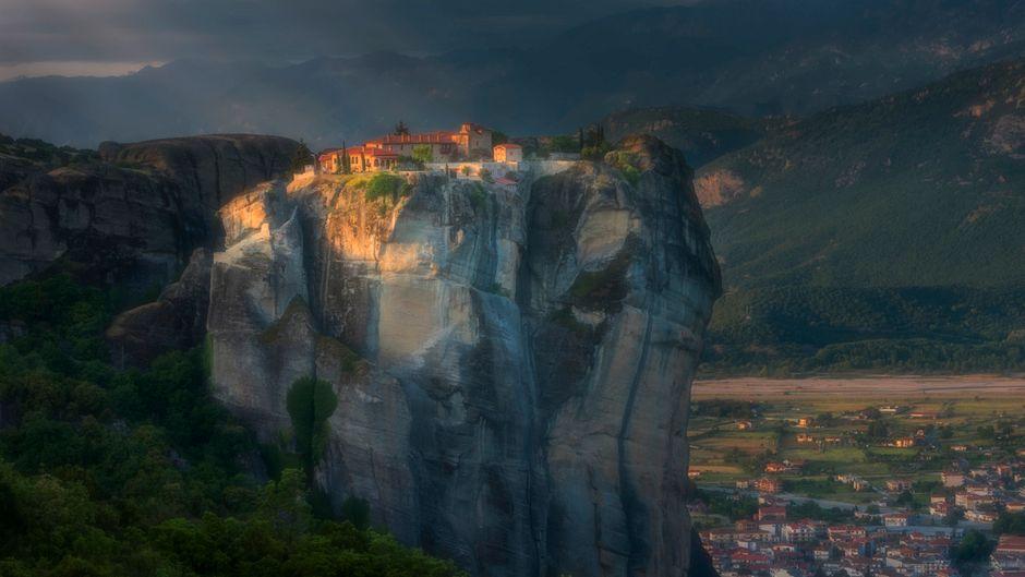 """Der Zweitplatzierte aus der Kategorie """"Reise Portfolio"""" ist Richard Li aus Hongkong. Er hat Meteora in Griechenland fotografiert – atemberaubend, wie das Licht der Abendsonne hier fällt, oder?!"""