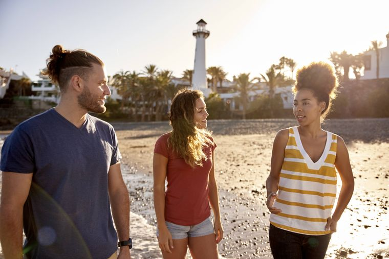 Drei Freunde am Strand von Gran Canaria, Kanarische Inseln, Spanien
