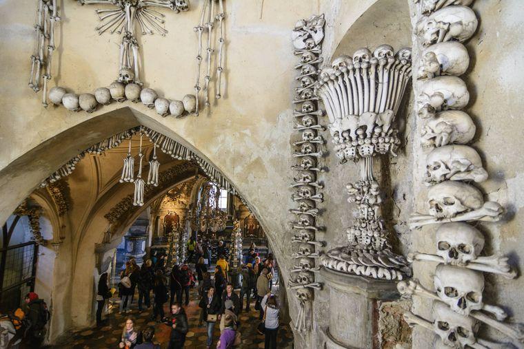 Bis zu eine halbe Million Menschen strömt in die mit Knochen verzierte Kirche.