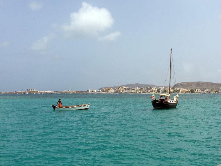 Weil das Wasser eine große Rolle auf den Kapverden spielt, solltest du unbedingt eine Bootstour auf Boa Vista machen und die Insel vom Wasser aus sehen.