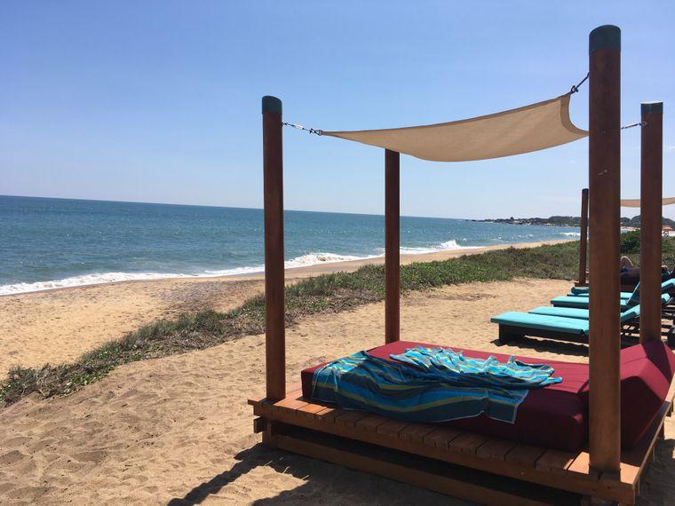 Liegen am Strand von Sri Lanka.