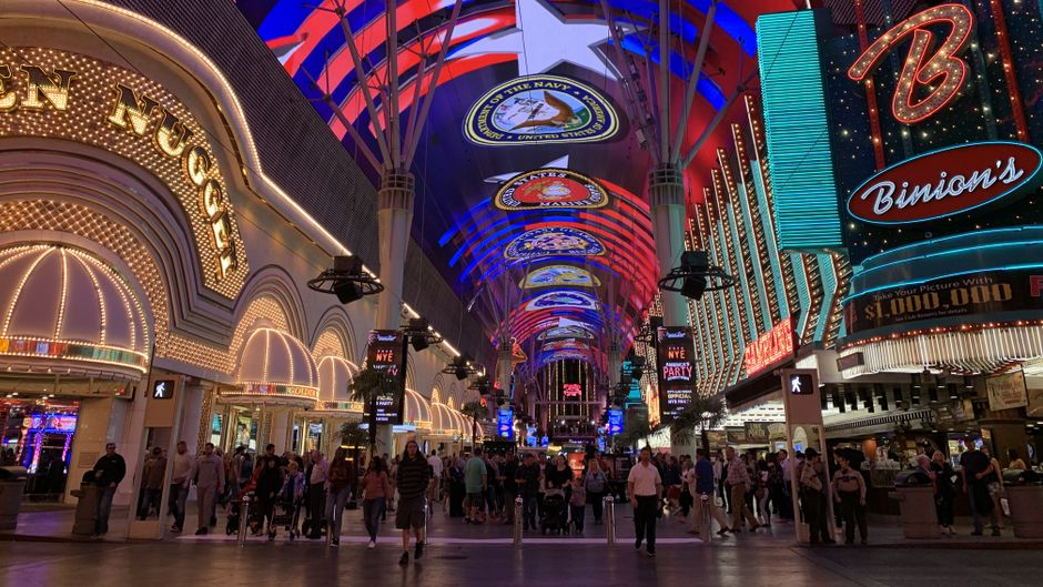 Blick auf die schillernde Fremont Street in Las Vegas. Hier befinden sich die bekanntesten Casinos der Stadt.