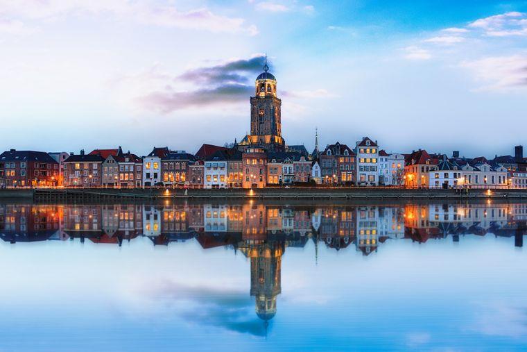 Häuser der Stadt Deventer spiegeln sich im Wasser.