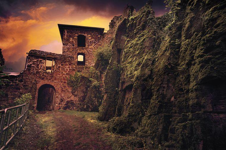 Die Ruine der rund 900 Jahre alten Burg Hohnstein im Harz.