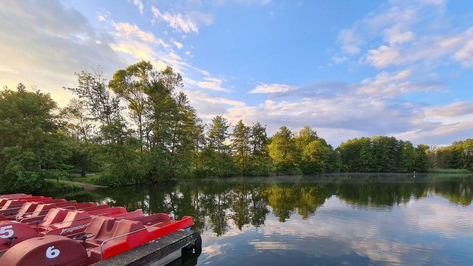 Verlassen liegen die Tretboote am Anleger in der Abendstimmung am Noswendeler See.