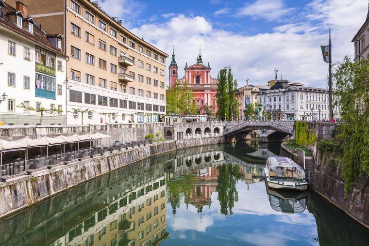 Der Fluss Ljubljanica, der sich durch die Stadt windet, trennt Altstadt und modernes Geschäftszentrum.