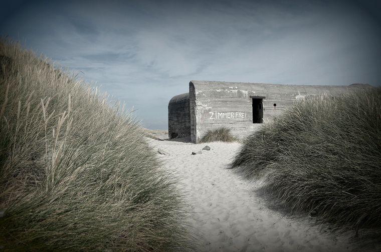 Ein kurzer Spaziergang durch die Dünen von Skagen, und schon tauchen immer mehr der alten Bunkeranlagen auf.