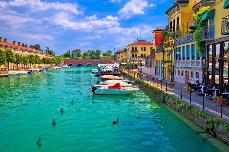 Bunte Häuser am Wasser: Der Ort Peschiera del Garda ist Start einer Radtour am Gardasee.